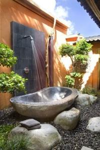 Stone bath - http://pinterest.com/pin/460774605595482306/