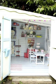 A cute seating area - http://www.homebunch.com/cottage-of-the-week-feminine-cottage/